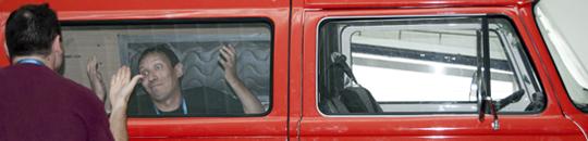 Dani Millán gana el último foto-reto con sus muecas en la furgo Hostalia