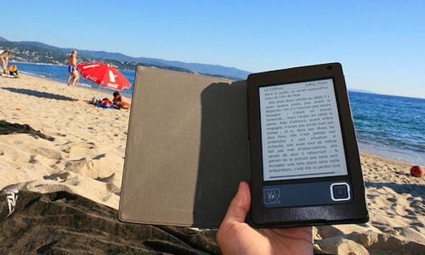 ereader en la playa - blog hostalia hosting