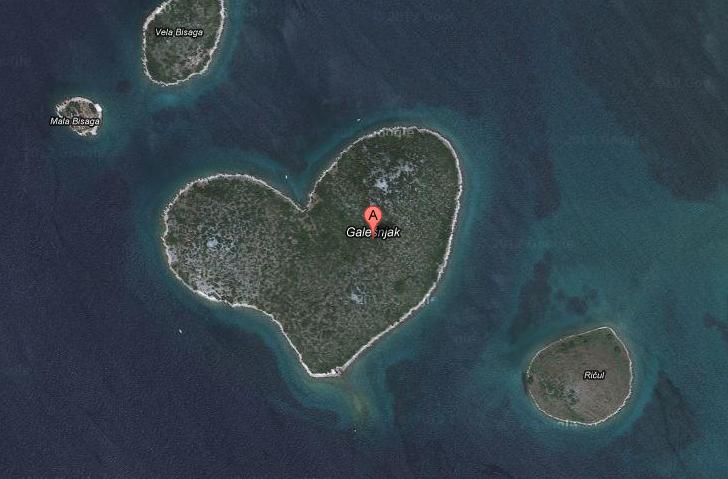 isla en forma de corazon - blog hostalia hosting