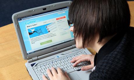 mujer utilizando tuitter - blog hostalia hosting