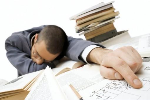 Según los datos mostrados en la infografía, la falta de sueño hace que 3 de cada 10 trabajadores se queden dormidos en su puesto de trabajo