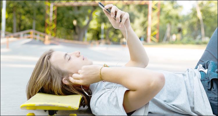 El 75% de los jóvenes prefiere chatear o navegar por Internet, más que estar con los amigos (55%)
